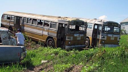 Amerikansk transporthistorie på sitt beste: To Twin Coach-busser, visstnok 1951-modeller, skal også selges. Disse hadde separate motorer for bensin- og propandrift, derav navnet. Photo courtesy of Auction Solutions Inc