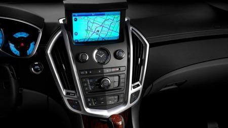 Under skallet er Cadillac SRX og Saab 9-4X mye like, men de har blant annet sine helt egne og svært forskjellige interiør. Med Saab på dypt vann kan det bli dette interiøret i Cadillacen vi må venne oss til. Foto: Netcarshow.com