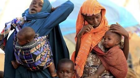 FLEST KVINNER OG BARN: 70 til 80 prosent av de som ankommer   flyktningeleirene er kvinner og barn. Mange av dem er ikke i stand til   å få hentet mat, det forteller generalsekretær i Care, Torild Skogsholm.   Kvinnene på bildet har akkurat ankommet en flyktningeir i Dadaab. (Foto:   THOMAS MUKOYA/Reuters)