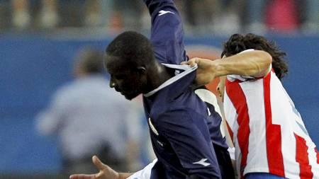 TØFFE TAK: Tiago Cardoso med et godt grep på Alfred Sankoh. (Foto: SUSANA VERA/Reuters)