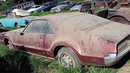 1966 Oldsmobile Toronado - med skilter som antyder at den sist var på veien i 1972! Photo courtesy of Auction Solutions Inc