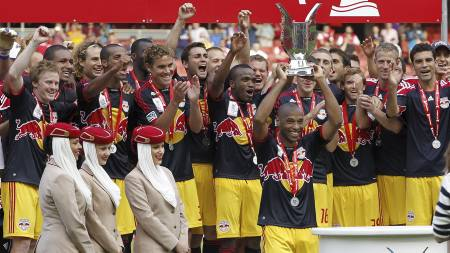 New York Red Bulls med pokalen etter at de vant Emirates Cup. (Foto: IAN KINGTON/Afp)