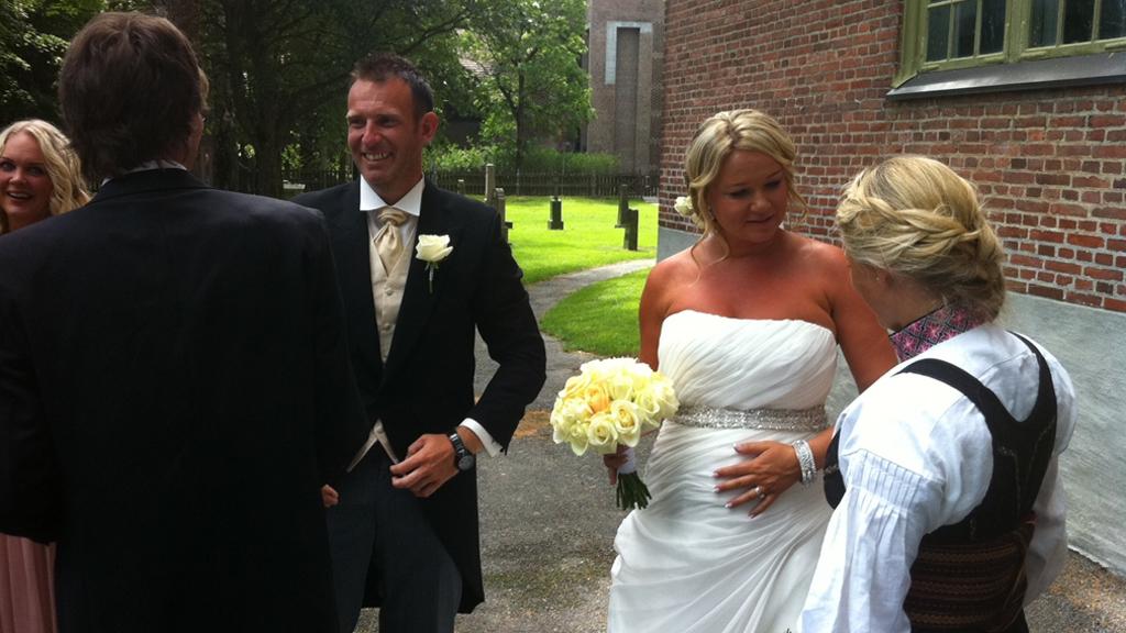 RØRT: En svært rørt Carsten Skjelbreid mottar nå gratulasjoner   utenfor Kongsberg kirke. (Foto: Tv 2)