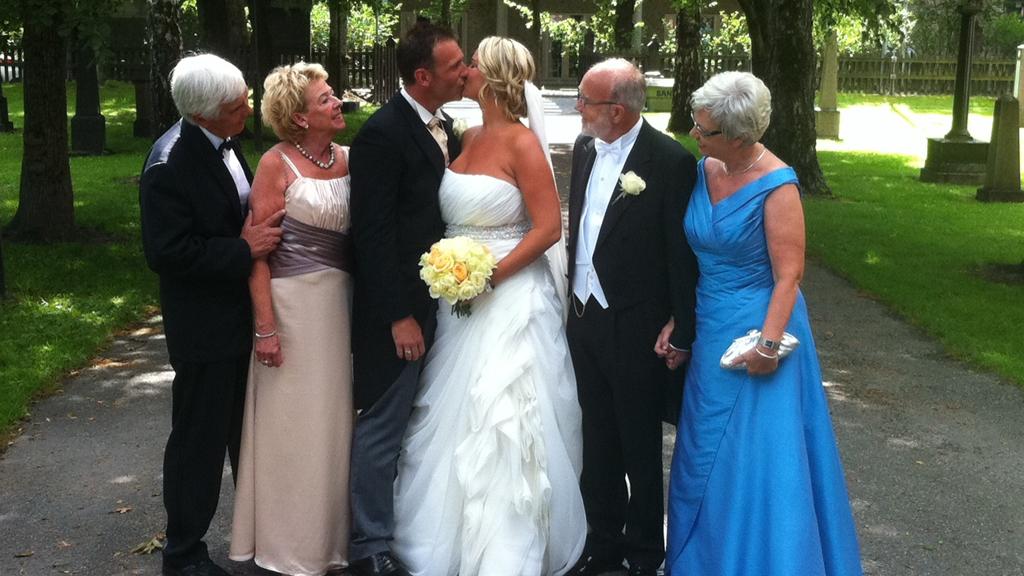 GIFT: Brudeparet med foreldre utenfor kirken i Kongsberg. (Foto:   Tv 2)