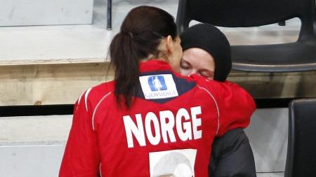 PAR: Hammerseng og Edin viser sin kjærlighet etter at Norge   vant mot Slovenia under håndball-EM. (Foto: Scanpix, ©GOK)
