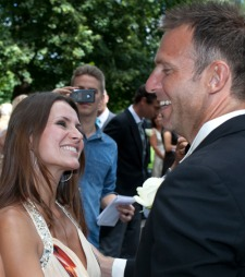 Her får Casten gratulasjon av dansepartner Katrine Moholt. (Foto:   Thomas Reisæter Tv 2)