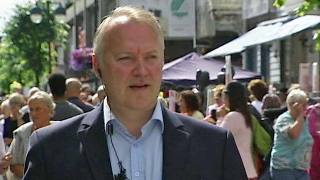 TAR AVSTAND: Leder for Demokratene, VIdar Kleppe, tar sterk avstand fra Kranes uttalelser. Han sier det er en katastrofe og at ferien er ødelagt.  (Foto: TV 2)