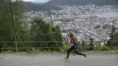FULL GASS: Aldri har så mange nordmenn deltatt i motbakkeløp som i sommer. Christian Prestegård i full fart oppover svingene mot Fløyen i Bergen, hvor det nye motbakkeløpet Fløyen Opp skal arrangeres 20. august. (Foto: Eivind A. Pettersen/)