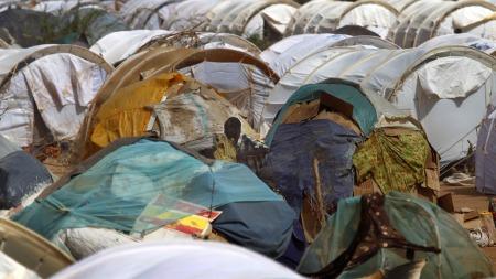LEIR: En mann i midten av flere telt i en FN-flyktningleir o Dadaab, Kenya. (Foto: Scanpix)