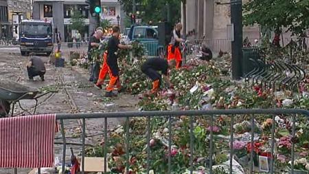 HAR BEGYNT Å FJERNE: Onsdag begynte arbeidet med å fjerne deler av blomsterhavet foran domkirken.  (Foto: TV 2)