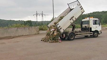 SKAL KOMPOSTERES: Blomstene ble fraktet til kommunens anlegg på Grønmo. Her skal de komposteres. Jorden skal etter planen brukes til et minnesmerke.  (Foto: TV 2)