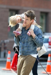 PAPPA: Ethan Hawke med datteren Clementine. (Foto: 310pix.com Stella Pictures, ©Loly)