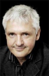 forfatter Kjell Ola Dahl er også bonde i tillegg til å skrive bøker.