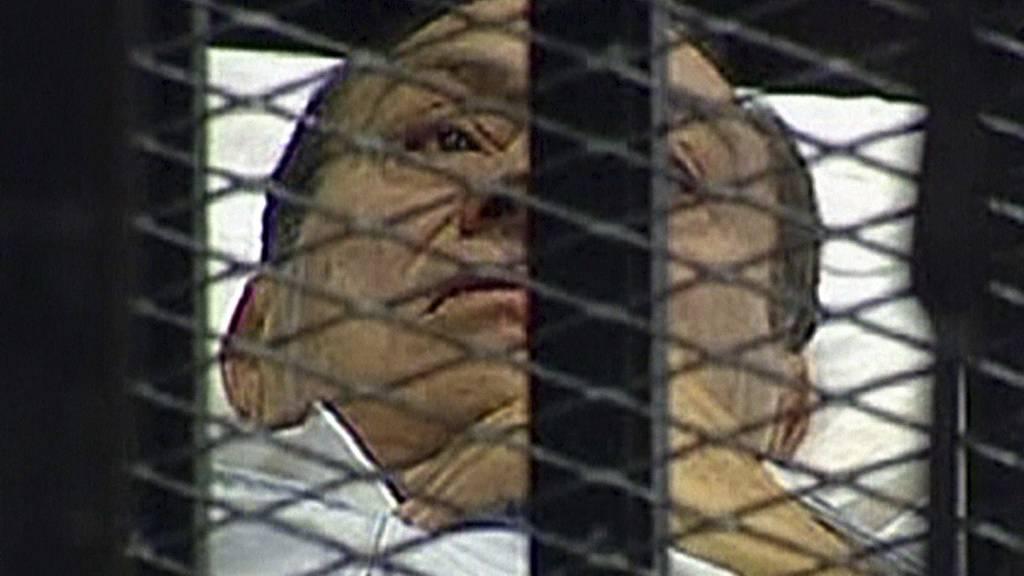 Slik ligger Hosni Mubarak på en sykeseng og følger rettsforhandlingene. (Foto: -/Afp)