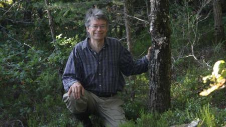 Tor Erik Brandrud er forsker og soppentusiast hos Norsk institutt for naturforskning. Han oppfordrer nordmenn til å lære mer om sopp før man begynner plukkingen.  (Foto: Kristin H. Brandrud)