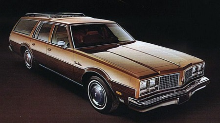 Gult var i overkant flashy for norske Oldsmobile-kjøpere. De fleste var i mørkeblå og mørkerød metallic, og en del i samme tilbakeholdne brun-metallic som brosjyrebilen fra 1979. (Foto fra brosjyren)