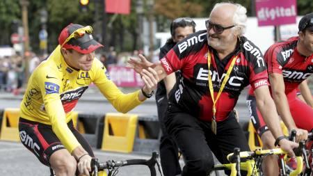 BMC-SUKSESS: Cadel Evans feirer Tour de France-triumfen sammen med Andy Rihs på Champs-Élysées i Paris 24. juli i år. (Foto: DENIS BALIBOUSE/Reuters)