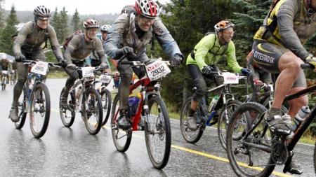 BIRKEN: Her er noen av fjorårets deltakere i Birkebeinerrittet på Sjusjøen under siste etappe ned mot Lillehammer. (Foto: SCANPIX)