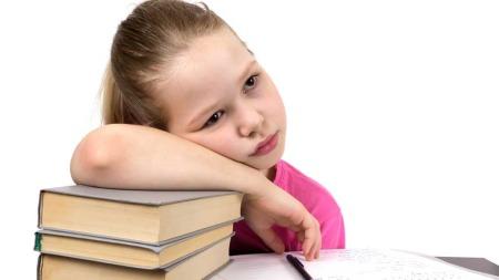 Pass på hvordan barn sitter på pulten eller ved skrivebordet. (Foto: Illustrasjonsfoto)