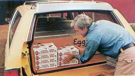 Både for norske nybilkjøpere og i en 11-årings hode var en Oldsmobile Custom Cruiser en luksusbil den gang. Dermed var det uvant å se amerikanske magasinannonser som denne for 1979-modellen, som poengterte hvor mange kartonger med egg man kunne få plass til.