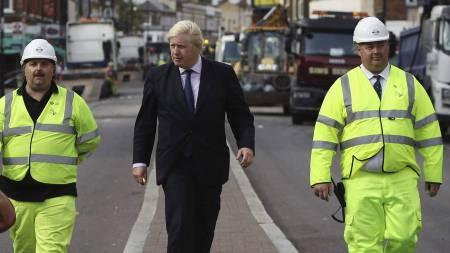 VIL SLÅ TILBAKE: Londons ordfører Boris Johnson besøkte onsdag   bydelen Tottenham for å skadene etter opprøret med egne øyne. (Foto:   POOL/Reuters)