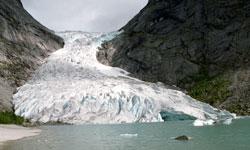 I 1993 rakk isen fortsatt ut i Briksdalsvannet. (Foto: Bjørn Sigurdsøn / NTB / SCANPIX)