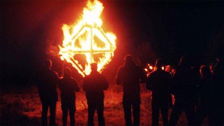 Bildet er tatt på ORGs sommersolvervsfest i 2003. Medlemmene   er samlet rundt et brennende solkors, som også er organisasjonens logo.   (Foto: REDOX)