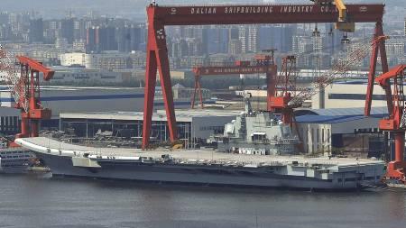 300 METER: På dette bildet, som er tatt 6. august, ligger hangarskipet til kai ved verftet i Dalian. (Foto: Ap/Ap)