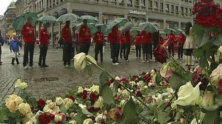 Landslaget i fotball la ned blomster foran Oslo domkirke. (Foto: TV 2/)