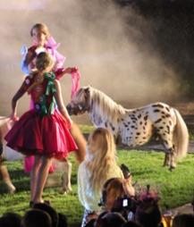 FOLK OG FE: På galoppbanen må man selvsagt ha med hester på catwalken. Ikke en konkurransehest kanskje, men denne går my little pony en høy gang!