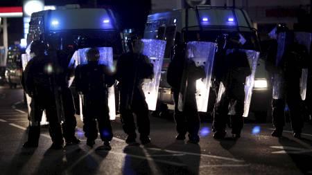 Politioppbudet både i London og andre steder i Storbritannia   har natt til torsdag vært stort. (Foto: Matt Dunham/Ap)