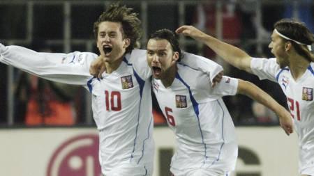 Tomas Rosicky jubler for scoring mot Norge i 2005 sammen med Marek Jankulovski og Tomas Ujfalusi. (Foto: MICHAL KAMARYT/AP)