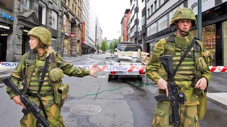 Bevæpnede soldater voktet Akersgata 23. juli. (Foto: Berit Roald   )