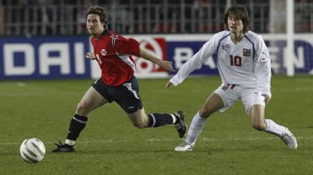 Fredrik Strømstad og Tomas Rosicky i kampen mellom Norge og Tsjekkia i 2005. (Foto: Richardsen, Tor/SCANPIX)