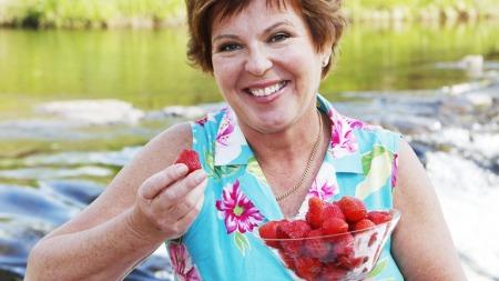 Wenche Andersen bruker sommerens bær flittig i matlagingen.  (Foto: God morgen Norge)