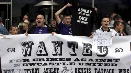 TOPPER LISTEN: Newcastle-supporterne, her representert ved en aggresiv gjeng etter Kevin Keegans avgang i 2008, stod bak flest arrestasjoner forrige sesong. (Foto: SCOTT HEPPELL/AP)