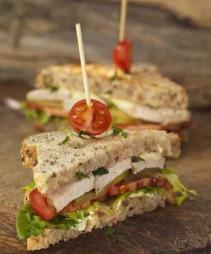 Club sandwich er en av de mest klassiske sandwichene. Hvorfor ikke lage en til matpakka? (Foto: Opplysningskontoret for brød og korn)