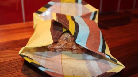 Har du en voksduk til overs kan den gjøres om til en kjempe fin matpakke.  (Foto: Stine Raste Amundsen, TV 2)