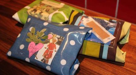 Her ser du tre eksempler på den hjemmesydde matpakken. I den lille plastlommen kan du pynte matpakken med små meldinger eller annen kreativ pynt.  (Foto: Stine Raste Amundsen, TV 2)