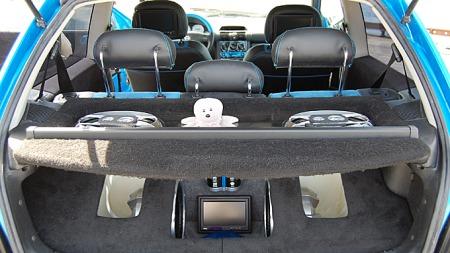 Stereoanlegget er en iøyenfallende del av dette bilbygget, og alt er gjort på en gjennomført og ryddig måte. Foto: Privat