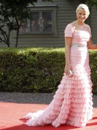 KARAKTERISTISK: Under fjorårets kronprinsessbryllup i Sverige   bar Mette-Marit en rekke kjoler som er typiske for kronprinsessen ved   pyntede anledninger; duse pastell- og pudder toner, lekre detaljer og   med naturlig sminke til. (Foto: Åserud, Lise)