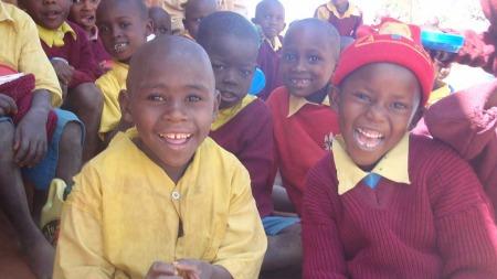 Med mat har barna energi til skolegang og lek. (Foto: Privat)
