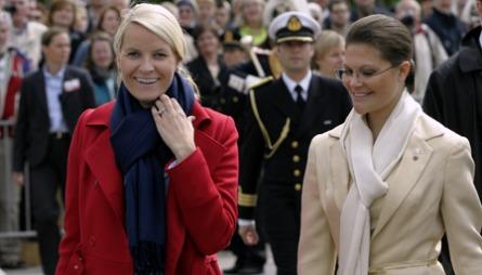 LEGENDARISK: Den såkalte Mette-Marit-knuten var en spesiell   måte å knyte skjerf og sjal på som ble svært populær i Norge i 2005.   Her har også Kronprinsesse Victoria latt seg inspirere. (Foto: Erichsen,   Jarl Fr., ©JFE)