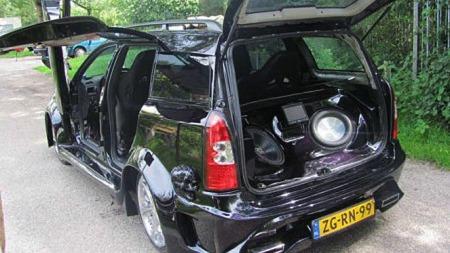 Måkevingedører bak på en Opel Astra er ikke akkurat noe spesielt vanlig syn, nei... (Foto: autoblog.nl)