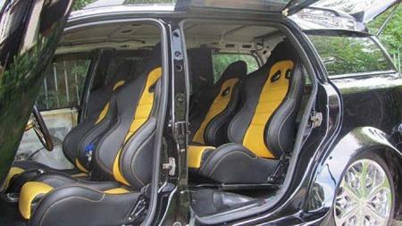 Ikke akkurat standard Opel Astra-interiør, nei. Stasjonsvogna har blitt til en fireseter - med sportsstoler i knall gult og svart. (Foto: autoblog.nl)