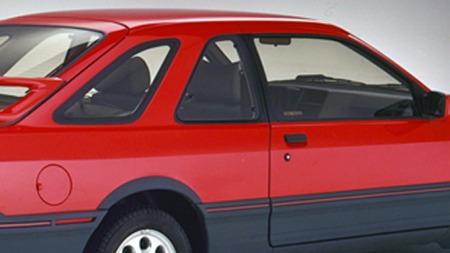 Til forskjell fra den vanlige tredørsmodellen, som den senere RS Cosworth-modellen bygget på, hadde XR4i et helt eget tak med både C- og D-stolper som minnet om femdørsversjonen. Må ha kostet flesk. Foto: 1985-brosjyren for Merkur XR4Ti