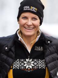 FOLKEDRONNINGEN: Kronprinsesse Mette-Marit i Dale of Norway-genser   og offisiell VM-lue under ski-VM i Oslo tidligere i år.