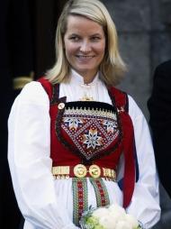 FOLKEPRINSESSEN: Kronprinsesse Mette-Marit har opptil flere   bunader. Her fra 17.mai-feiringen på Skaugum i 2003.