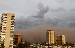 Veggen sav sand tårner seg opp over skyskraperne. (Foto: Reuters)