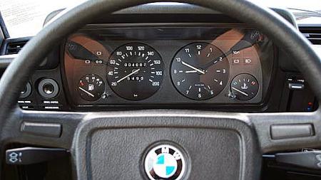 Glasset i instrumenthuset er like klart som i 1978. Rattet er hverken slitt eller skittent. Med 4.000 kilometer er dette kanskje Norges minst kjørte veteran-BMW? Foto: Privat
